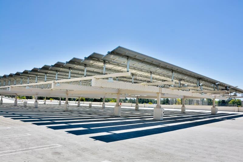 Los paneles solares en una estructura del estacionamiento en De Anza College, Cupertino foto de archivo libre de regalías