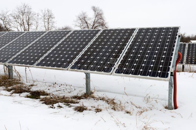 Los paneles solares, fotovoltaicos - fuente alternativa de la electricidad imagenes de archivo