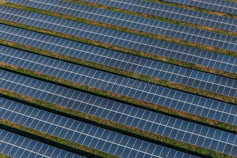 Los paneles solares, granjas solares foto de archivo
