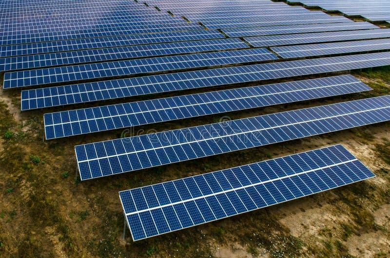 Los paneles solares, granjas solares fotos de archivo