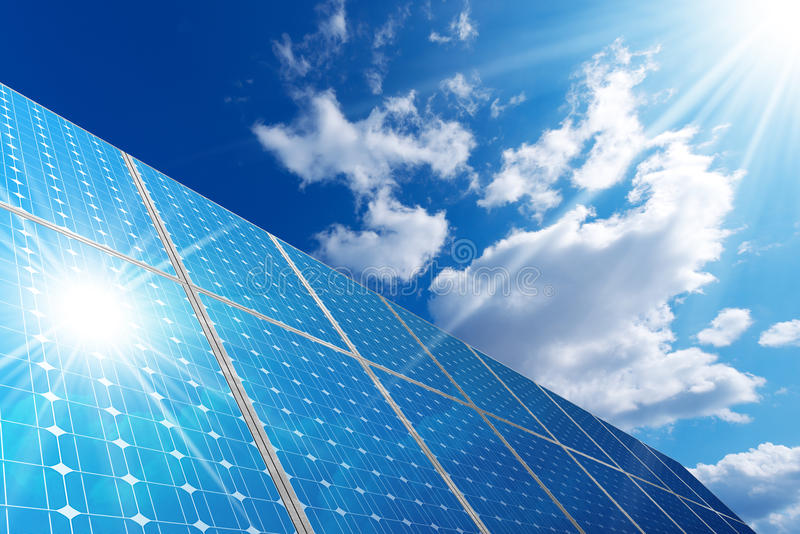 Los paneles solares - nubes del cielo azul y rayos de Sun foto de archivo libre de regalías
