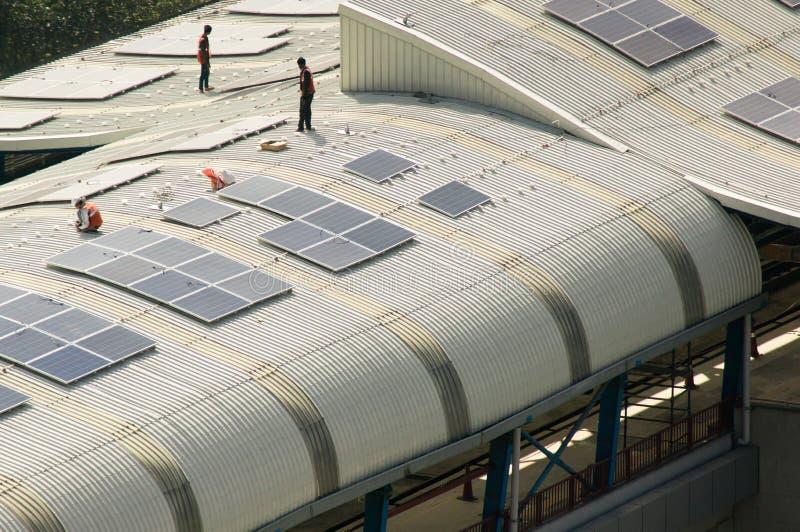 Los paneles solares que son instalados en el tejado de la estación de metro de Delhi foto de archivo