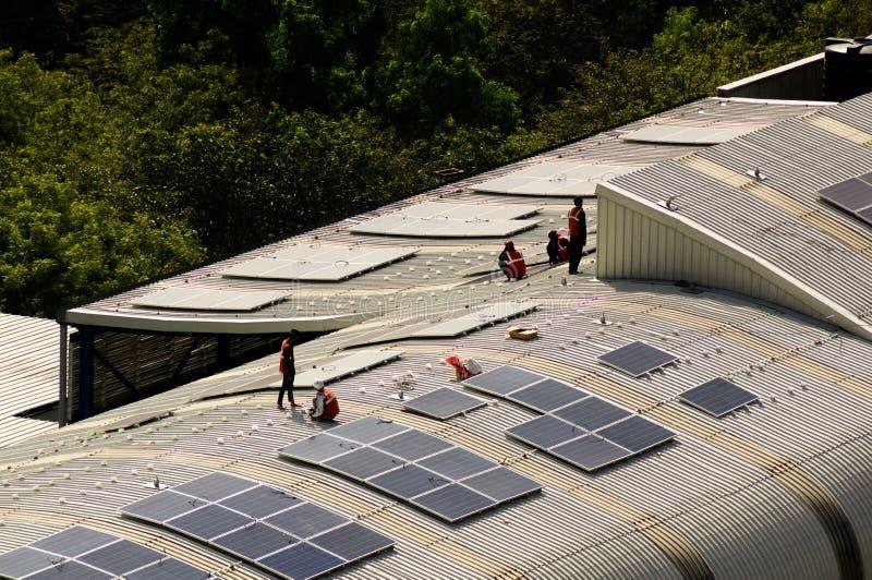 Los paneles solares que son instalados en el tejado de la estación de metro de Delhi imagen de archivo