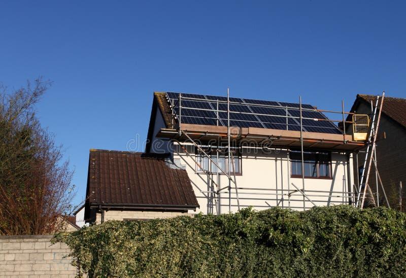Los paneles solares que son instalados en una casa genérica imágenes de archivo libres de regalías