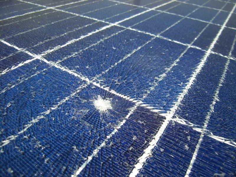 Los paneles solares rotos por la bala que cae imagenes de archivo