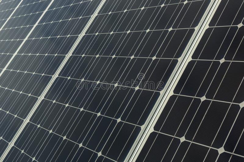 Los paneles solares y antena parabólica para la energía y comunicación en suburbios imágenes de archivo libres de regalías