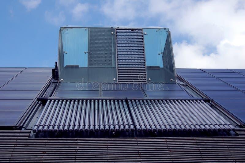 Los paneles solares y calefacción por agua imagen de archivo libre de regalías