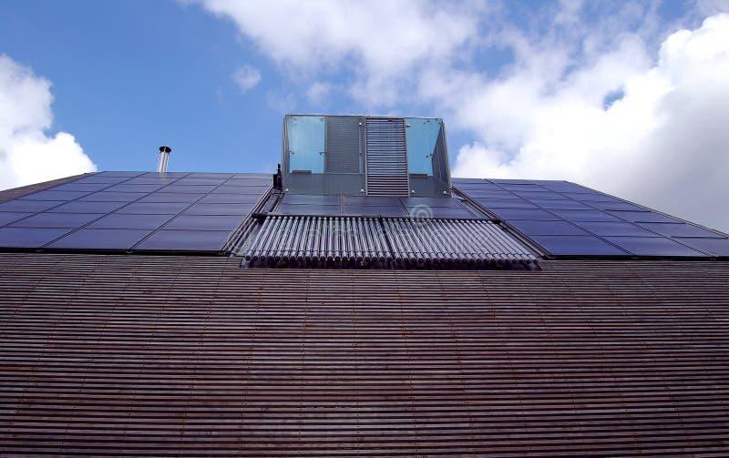 Los paneles solares y calefacción por agua fotografía de archivo