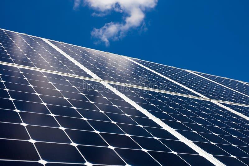 Los paneles solares y cielo azul imagen de archivo