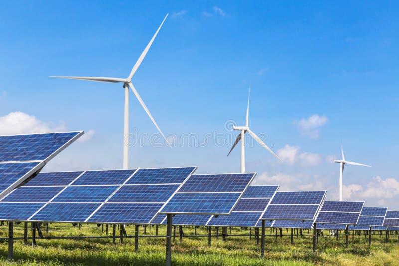 Los paneles solares y turbinas de viento en la estación híbrida de los sistemas de la central eléctrica foto de archivo