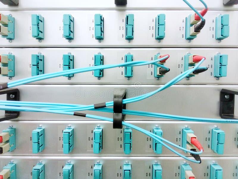 Los paneles y cables de fribra óptica ópticos, equipo de red, transmisión de datos, foto móvil fotografía de archivo