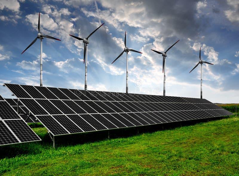Los paneles y turbinas de viento de energía solar fotografía de archivo libre de regalías
