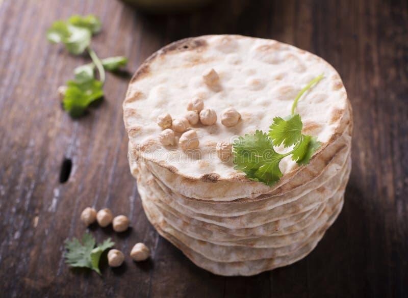 Los panes curruscantes finos de la torre del hogar útil se apelmazan con la harina del garbanzo para el vegetarinskogo y la consu fotografía de archivo