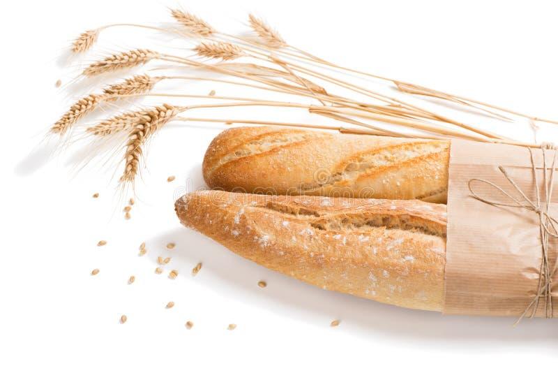 Los panes del baguette francés empanan atado así como el papel y el str foto de archivo libre de regalías