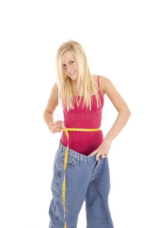 Los pantalones grandes miden la cintura feliz imagen de archivo