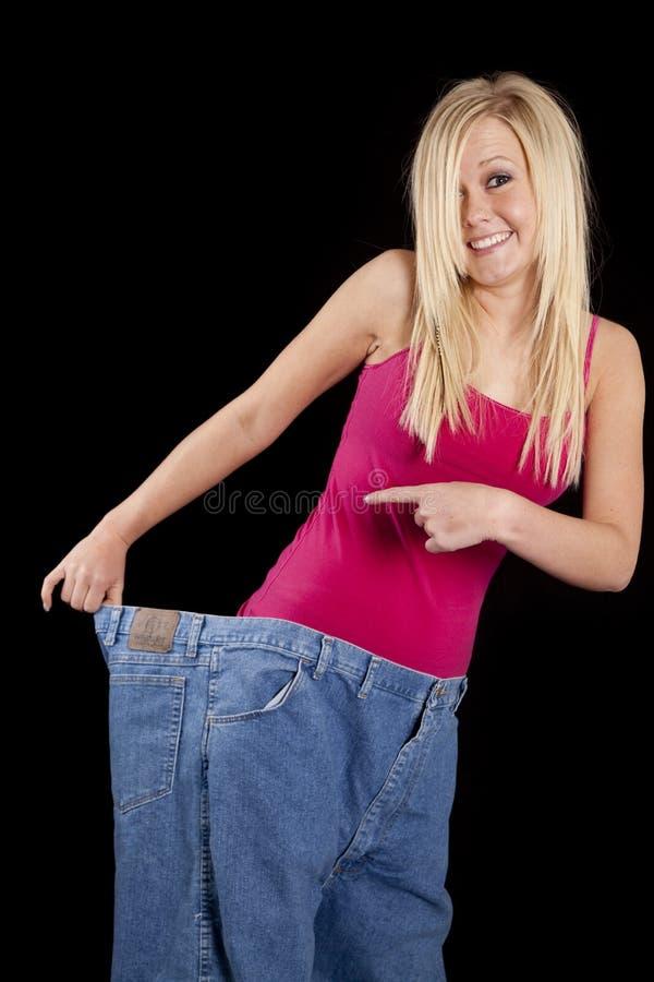 Los pantalones grandes refrenan sonrisa foto de archivo
