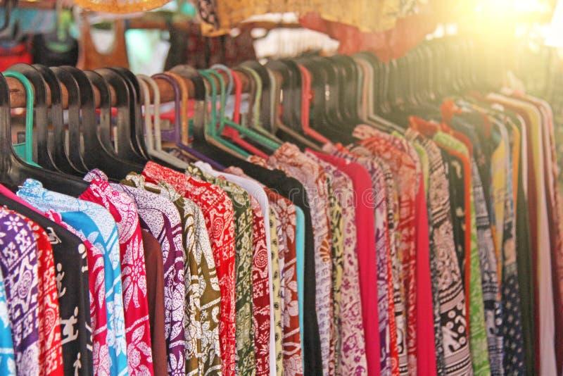 Los pantalones indios de la ropa cuelgan en una suspensión y se venden en el mercado imagenes de archivo