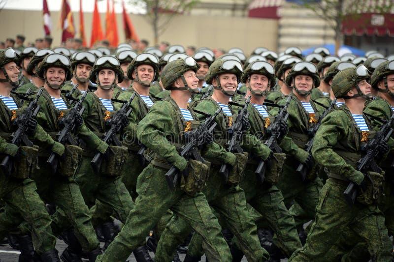 Los paracaidistas de los 331os guardias de Kostroma se lanzan en paraca?das regimiento durante el desfile en cuadrado rojo en hon fotografía de archivo libre de regalías