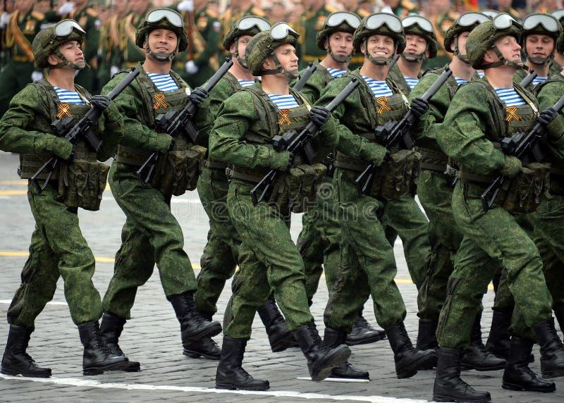 Los paracaidistas de los 331os guardias de Kostroma se lanzan en paraca?das regimiento durante el desfile en cuadrado rojo en hon imagen de archivo