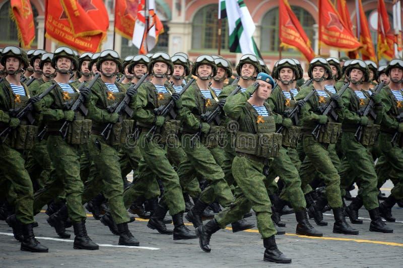 Los paracaidistas de los 331os guardias de Kostroma se lanzan en paraca?das regimiento durante el desfile en cuadrado rojo en hon fotografía de archivo
