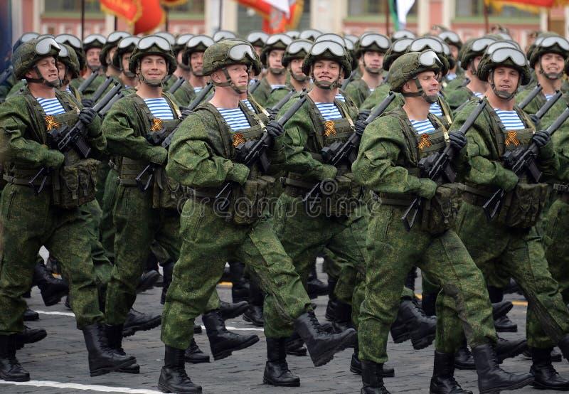 Los paracaidistas de los 331os guardias de Kostroma se lanzan en paraca?das regimiento durante el desfile en cuadrado rojo en hon imagenes de archivo