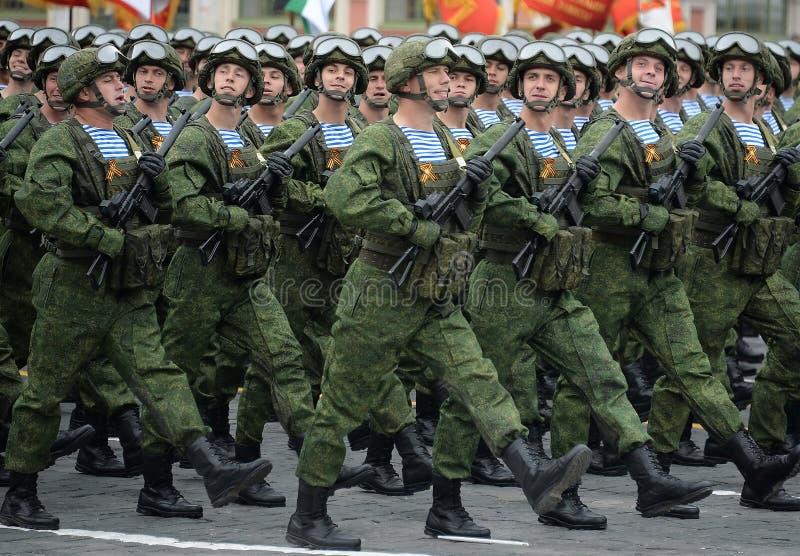 Los paracaidistas de los 331os guardias de Kostroma se lanzan en paraca?das regimiento durante el desfile en cuadrado rojo en hon fotos de archivo libres de regalías
