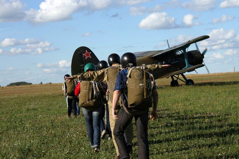 Los paracaidistas jovenes foto de archivo libre de regalías
