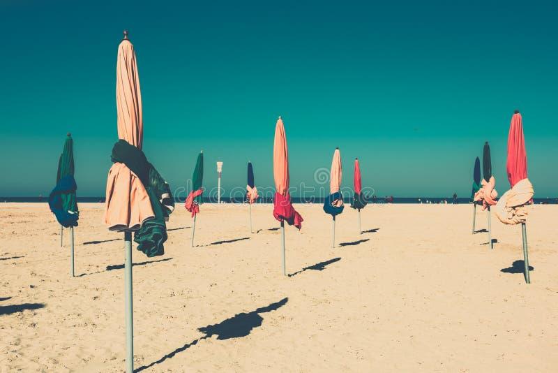 Los parasoles coloridos famosos en la playa de Deauville imagen de archivo