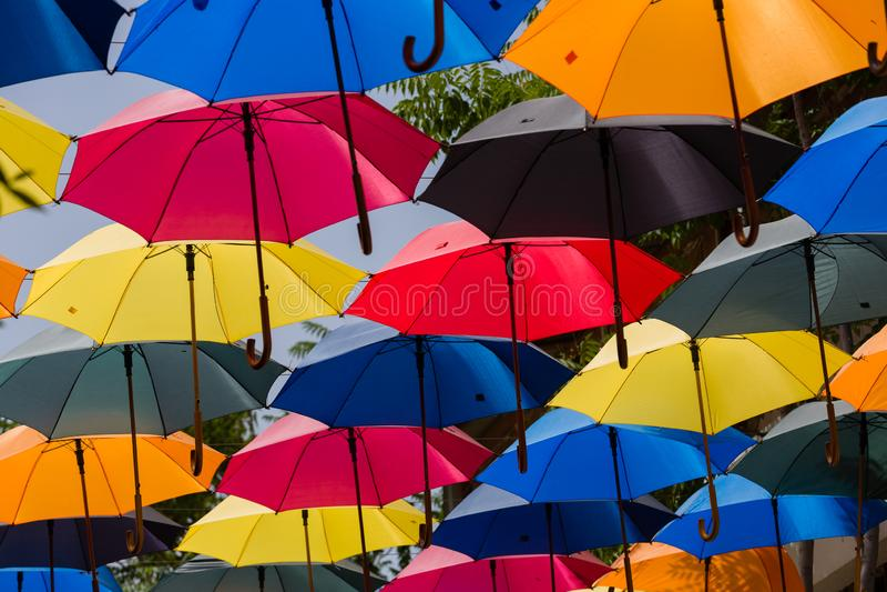 Los parasoles coloridos juntos, sobre la calle, dan la sombra de la luz del sol fotos de archivo