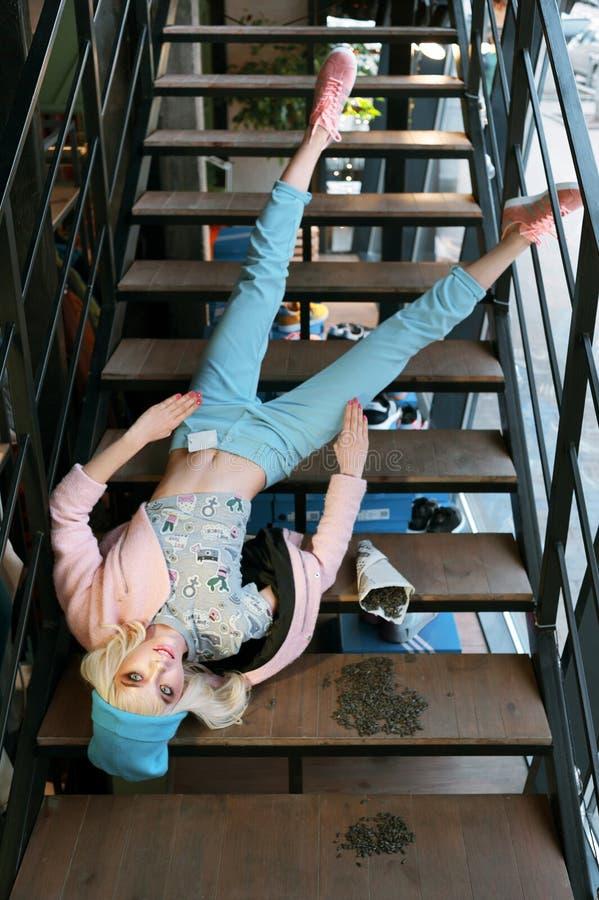 Los parecer reales de la muchacha una muñeca de barbie en tienda están en venta Los fals de la muchacha de las escaleras se visti imágenes de archivo libres de regalías