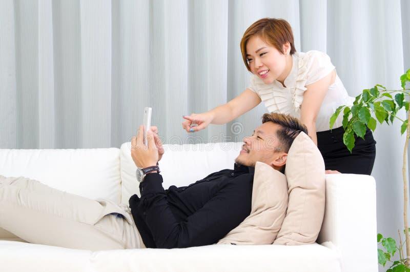 Los pares asiáticos se relajan en casa foto de archivo libre de regalías