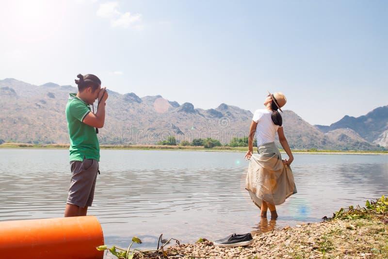 Los pares asiáticos sean felicidad con la naturaleza y gozan el tirar de la foto, gente feliz imágenes de archivo libres de regalías