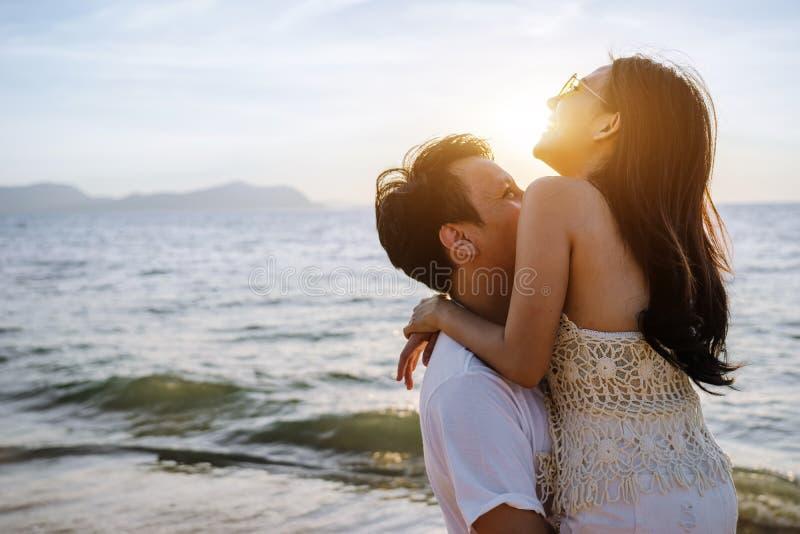 Los pares asiáticos son felices con amor en la playa imagen de archivo libre de regalías
