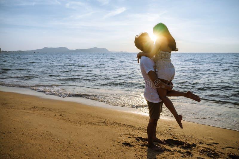 Los pares asiáticos son felices con amor en la playa fotografía de archivo libre de regalías