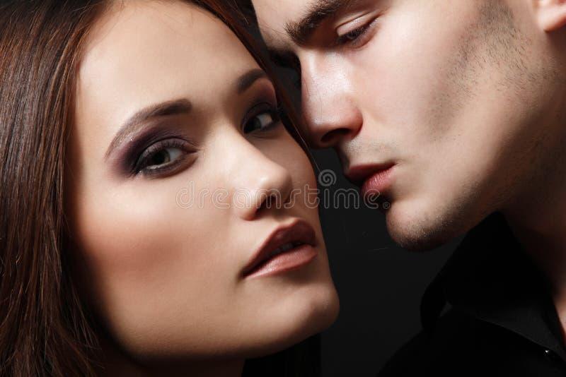 Los pares atractivos de la pasión, las caras femeninas y masculinas jovenes hermosas se cierran fotografía de archivo