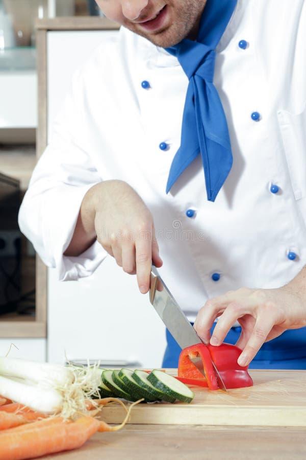 Los pares atractivos hermosos del hombre de la mujer como cocinero están cocinando en una cocina imagenes de archivo