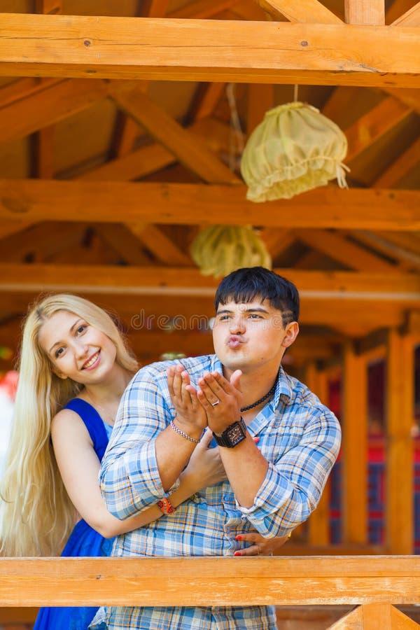 Los pares cariñosos felices se divierten Retrato de pares jovenes hermosos al aire libre foto de archivo libre de regalías