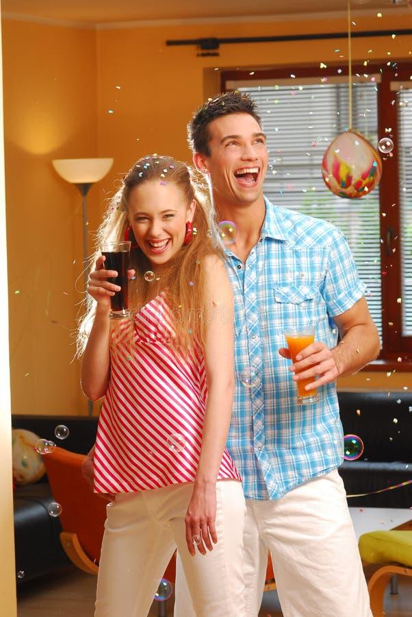 Los pares cariñosos jovenes en el partido foto de archivo libre de regalías
