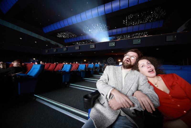 Los pares casados se sientan en cine imagenes de archivo