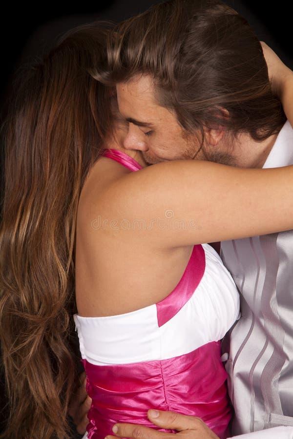 Los pares cierran el cuello formal del beso imagen de archivo libre de regalías