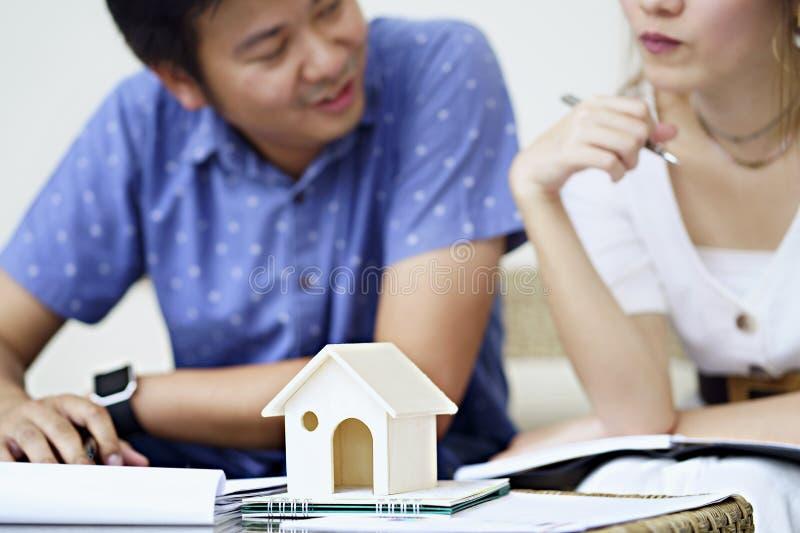 Los pares consultan y estudiando el acuerdo de contrato, leyendo los términos foto de archivo libre de regalías