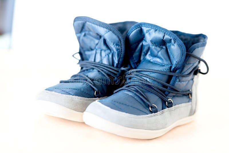 Los pares de botas femeninas azul marino se cierran para arriba fotos de archivo libres de regalías