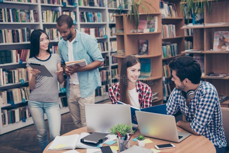 Los pares de estudiantes internacionales están estudiando después de conferencias adentro imagen de archivo