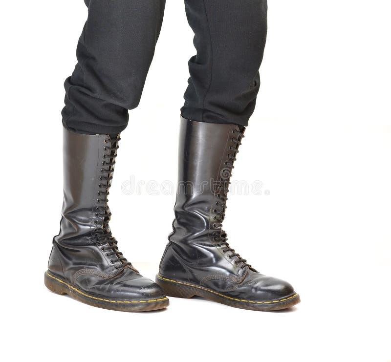 Los pares de 20 hasta las rodillas ojetean botas negras del zapato con cordones imagen de archivo libre de regalías