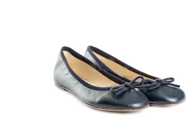 Los pares de zapatos femeninos sobre el fondo blanco dejaron la visión imágenes de archivo libres de regalías