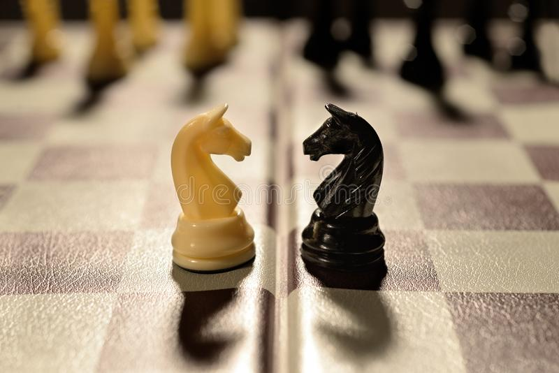 Los pares del amor resumen las piezas de ajedrez de la pelea de las familias que guerrean foto de archivo libre de regalías