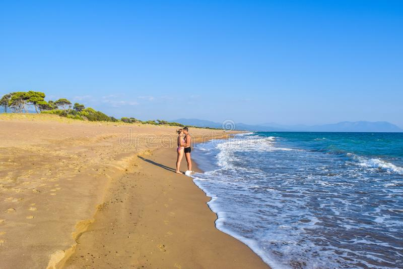 Los pares en la playa fotografía de archivo libre de regalías