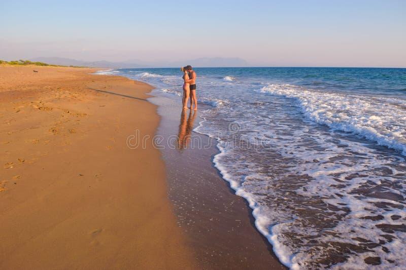 Los pares en la playa imágenes de archivo libres de regalías