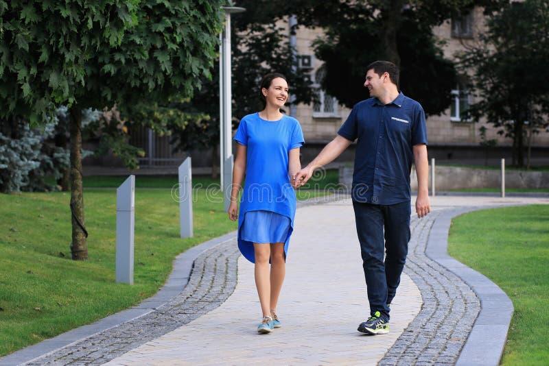 Los pares están caminando en el parque imagen de archivo