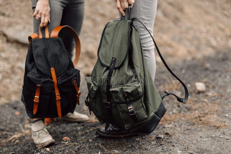 Los pares están viajando Muchacho y muchacha con viaje de las mochilas El par está en el camino Mochilas de la exclusiva en el su imagen de archivo